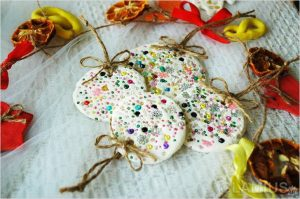 novogodnie igrushki iz solenogo testa 300x199 - Новогодние ёлочные игрушки своими руками
