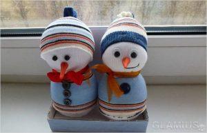 snegoviki iz nosochkov 300x193 - Новогодние ёлочные игрушки своими руками
