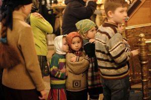 deti v hrame na pritchastii 600x400 300x200 - Православное развитие и воспитание детей дошкольного возраста в семье
