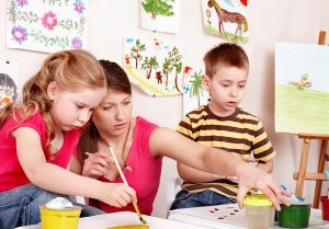 mama risuet s detmi 600x400 300x209 - Православное развитие и воспитание детей дошкольного возраста в семье