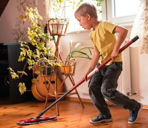 deti2 pomoshh 300x261 - Ребёнок и карантин: интересно проводим время дома с детьми
