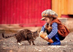 devochka kormit koshku hlebom 300x214 - Ребёнок жестоко обращается с домашними животными. Что делать?