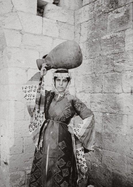 Назарет. Женщина в праздничном костюме. нач 20 века.jpg