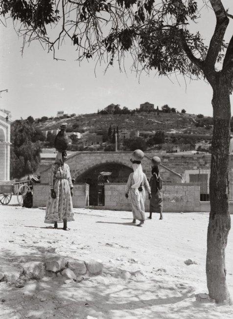 Назарет. Женщины идут за водой на источник Девы. 30-е годы 20 века.jpg