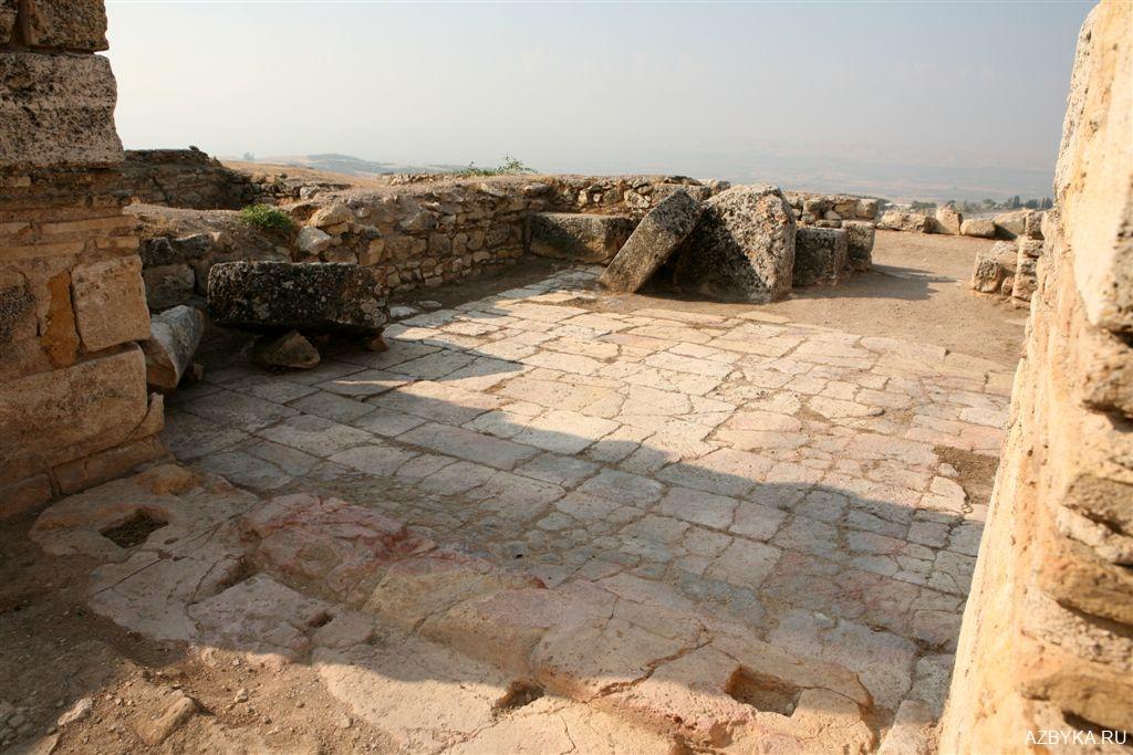Выход из центральной части храма в притвор