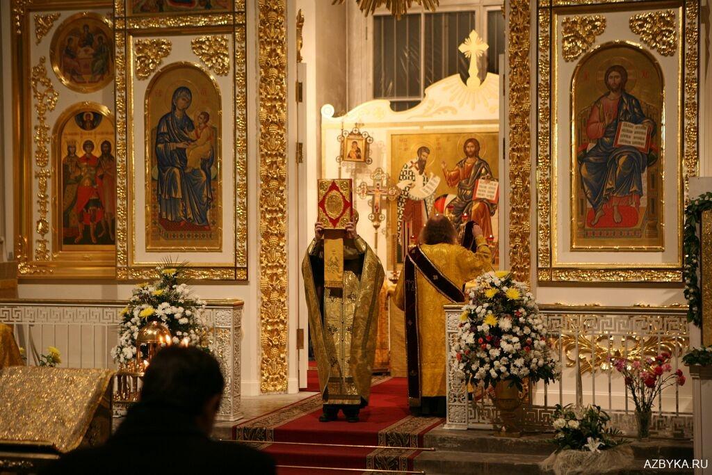 Священник осеняет молящихся
