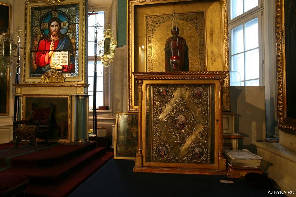 Старинное Евангелие в витрине, в алтаре
