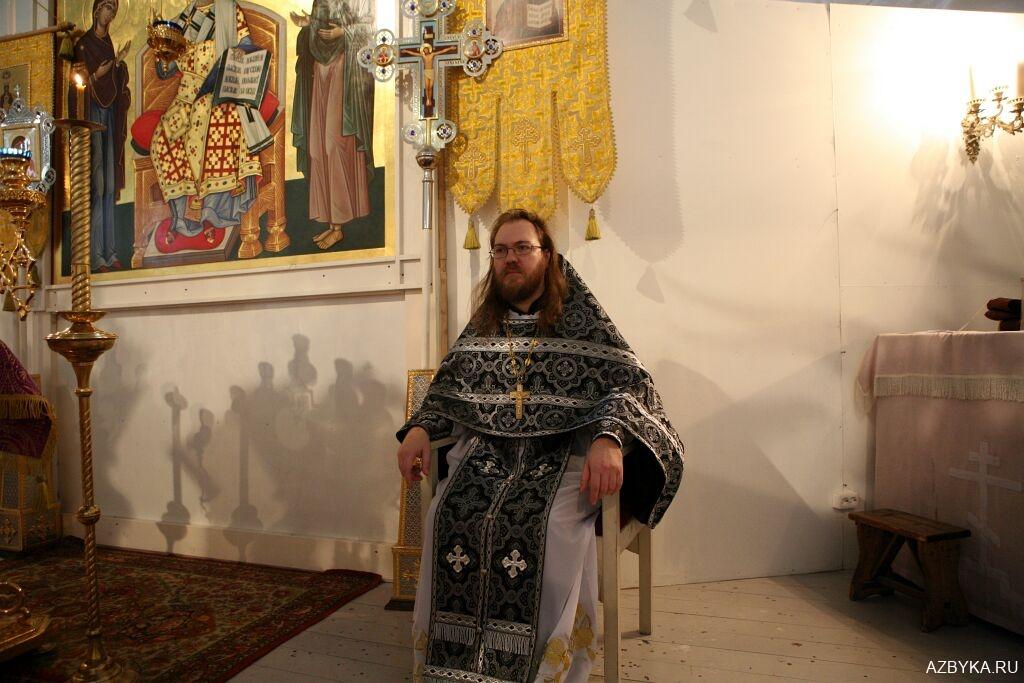Горнее место - священник сидит сбоку