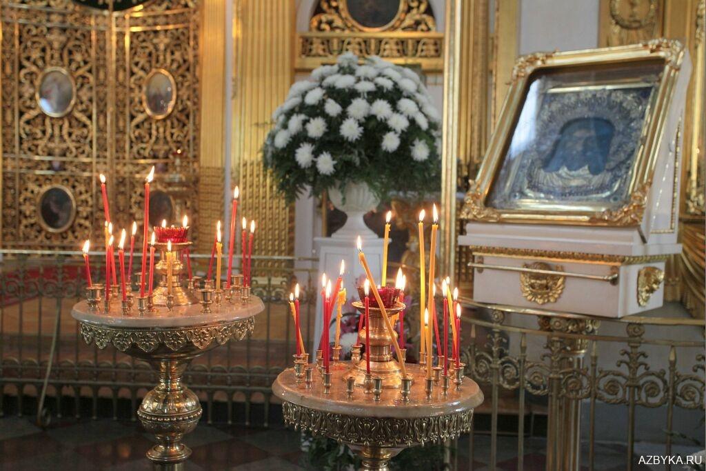 Свечи перед иконами