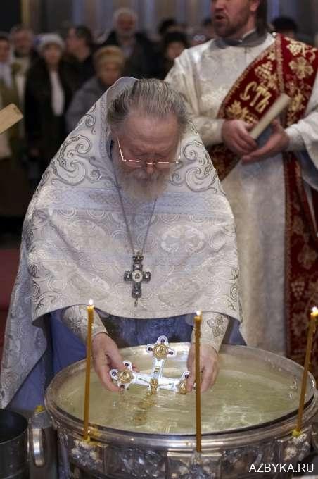 Священники опускают Крест Христов в воду