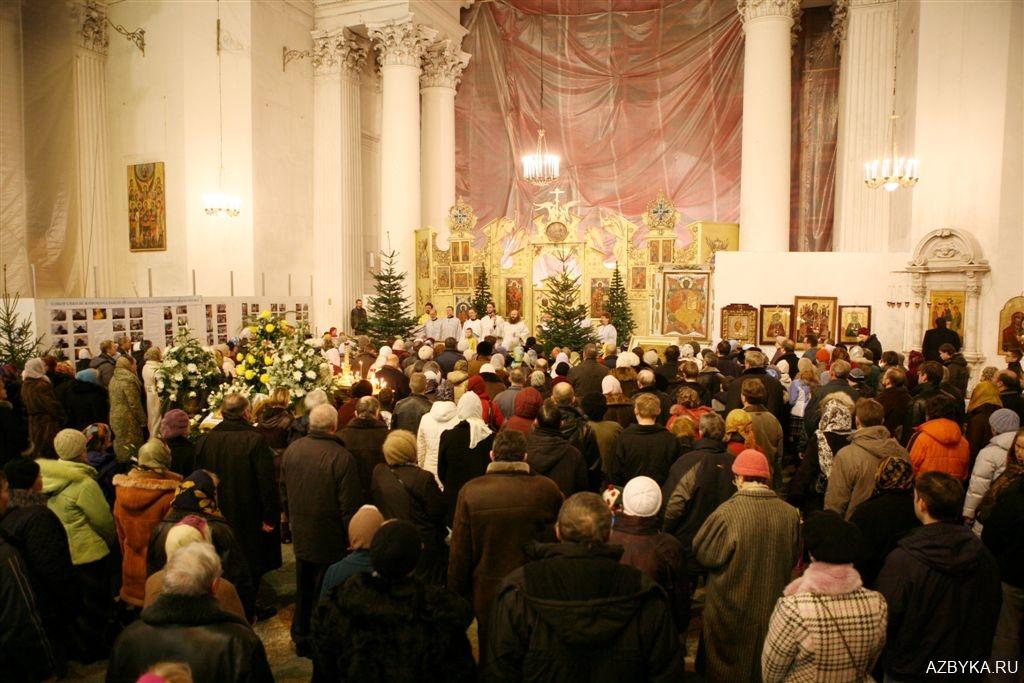Духовенство вместе с народом поет Символ веры...