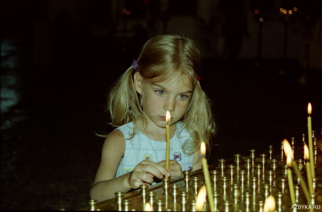 Маленькая девочка со свечой