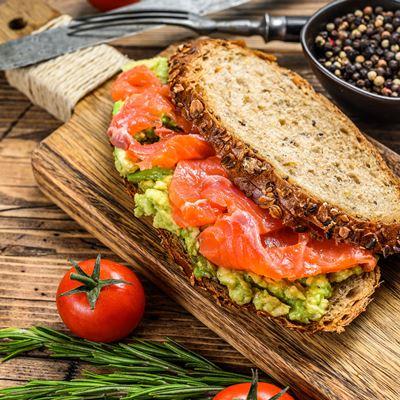Сэндвич с авокадо и красной рыбой