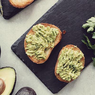 Бутерброд с авокадо и чесноком