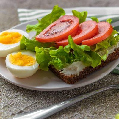 Бутерброд с яйцом и помидорами
