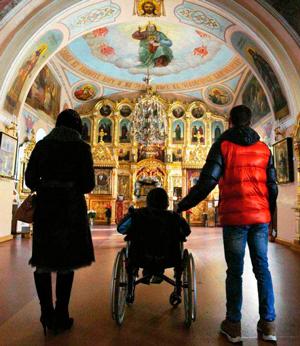 Инвалид в храме: помощь людям с проблемами слуха и зрения
