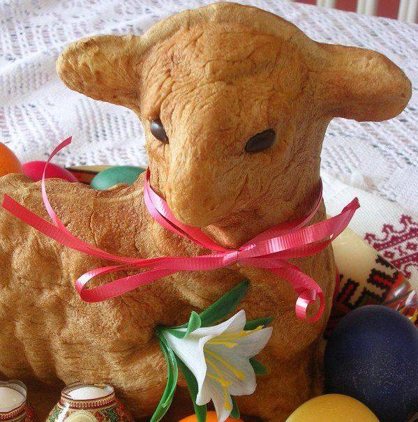 Готовим на Пасху: праздничный агнец из дрожжевого теста и пасхальный венок