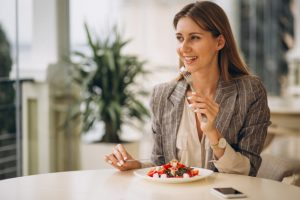 business woman having lunch in a cafe 1303 9737 300x200 - Как не переедать - полезные лайфхаки