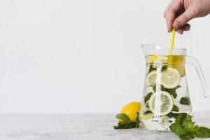 person stirring lemon drink with mint jug 23 2148102392 300x200 - Сказки про «зимний напиток» или Мифы о глинтвейне