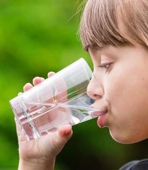 Ребёнок много пьёт воды. Это вредно?